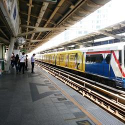 Станция надземного метро Phra Khanong
