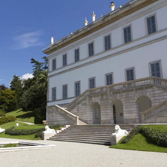 Bewundern Sie die Fassade und den Garten der Villa Melzi