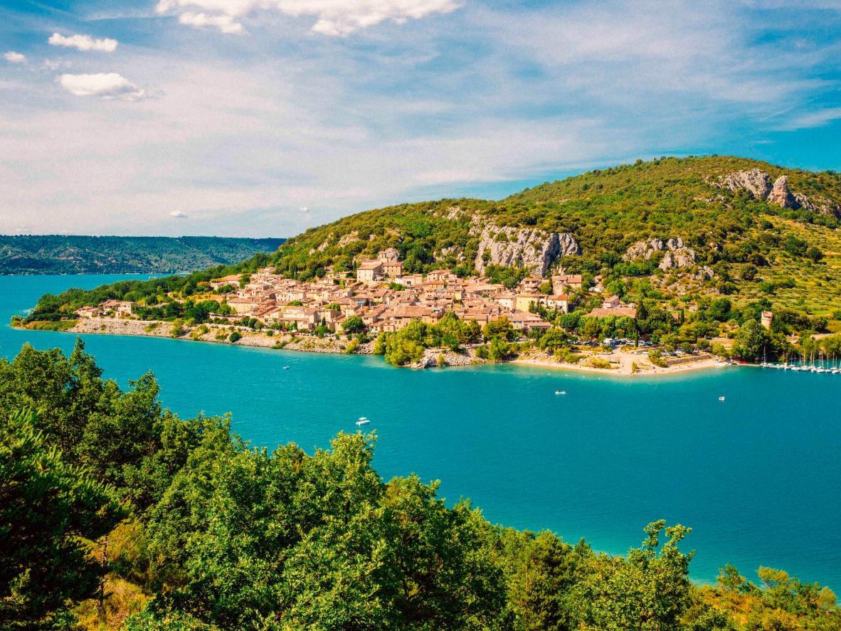 El agua azul brillante de Lac de Sainte-Croix en Bauduen, Francia