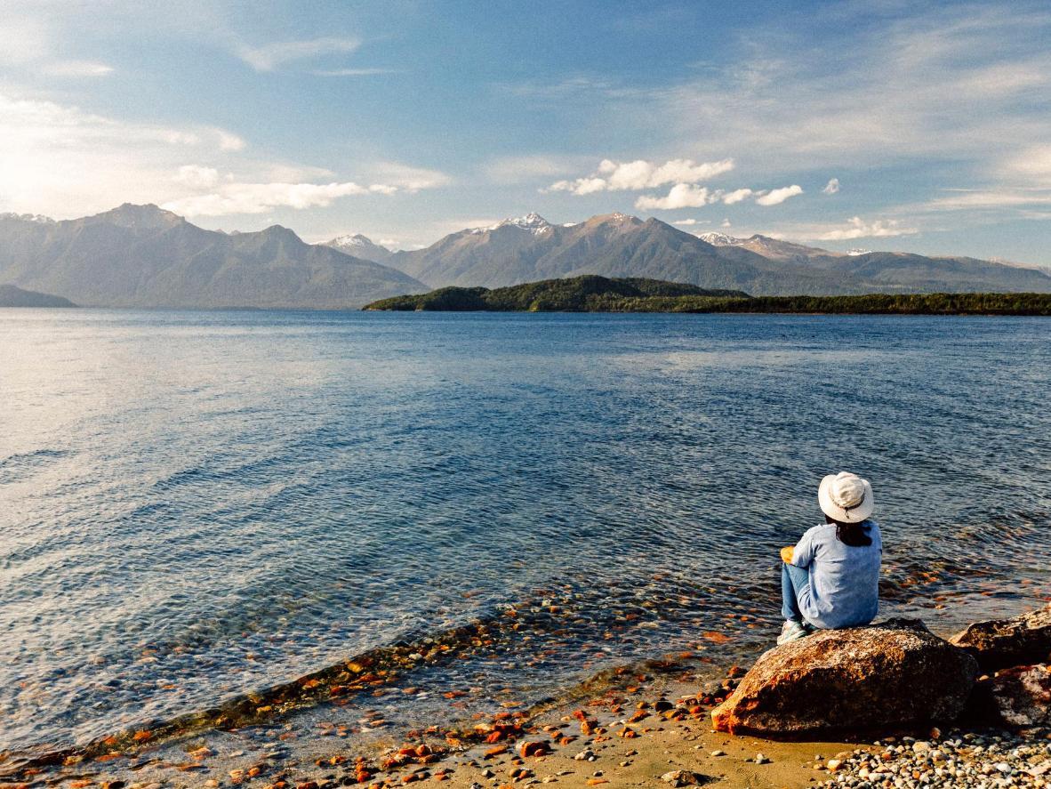 El telón de fondo montañoso en el lago Manapouri, Nueva Zelanda