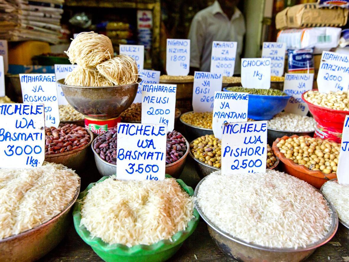 Arroz y frijoles vendidos en un mercado de comida tradicional.