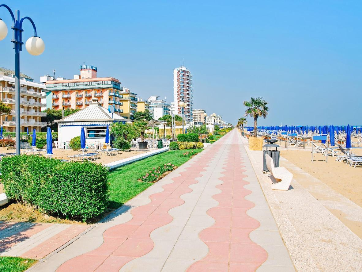 The promenade is popular for long walks – preferably with a gelato in hand