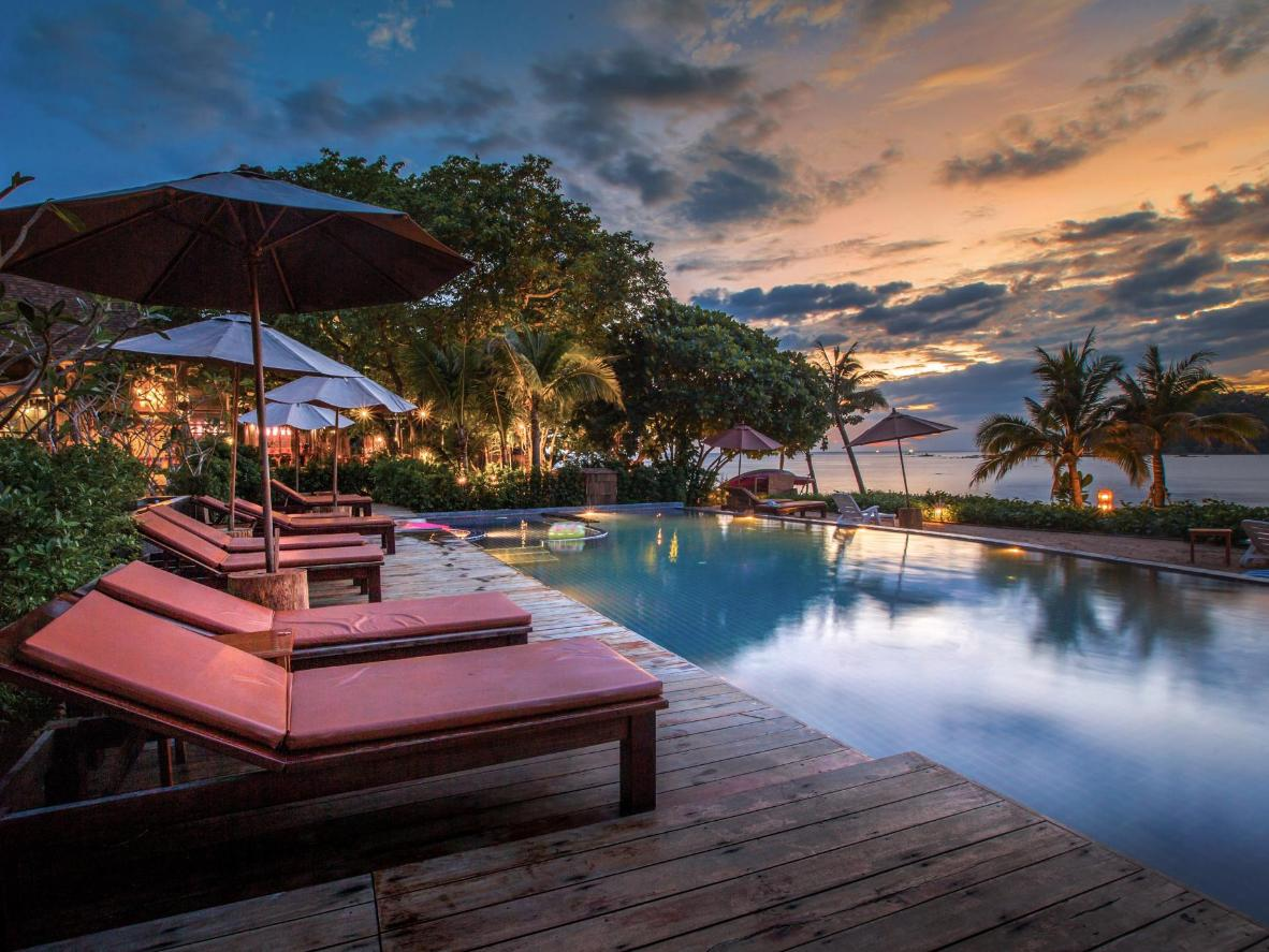 Il tramonto dall'isola montuosa di Koh Libong