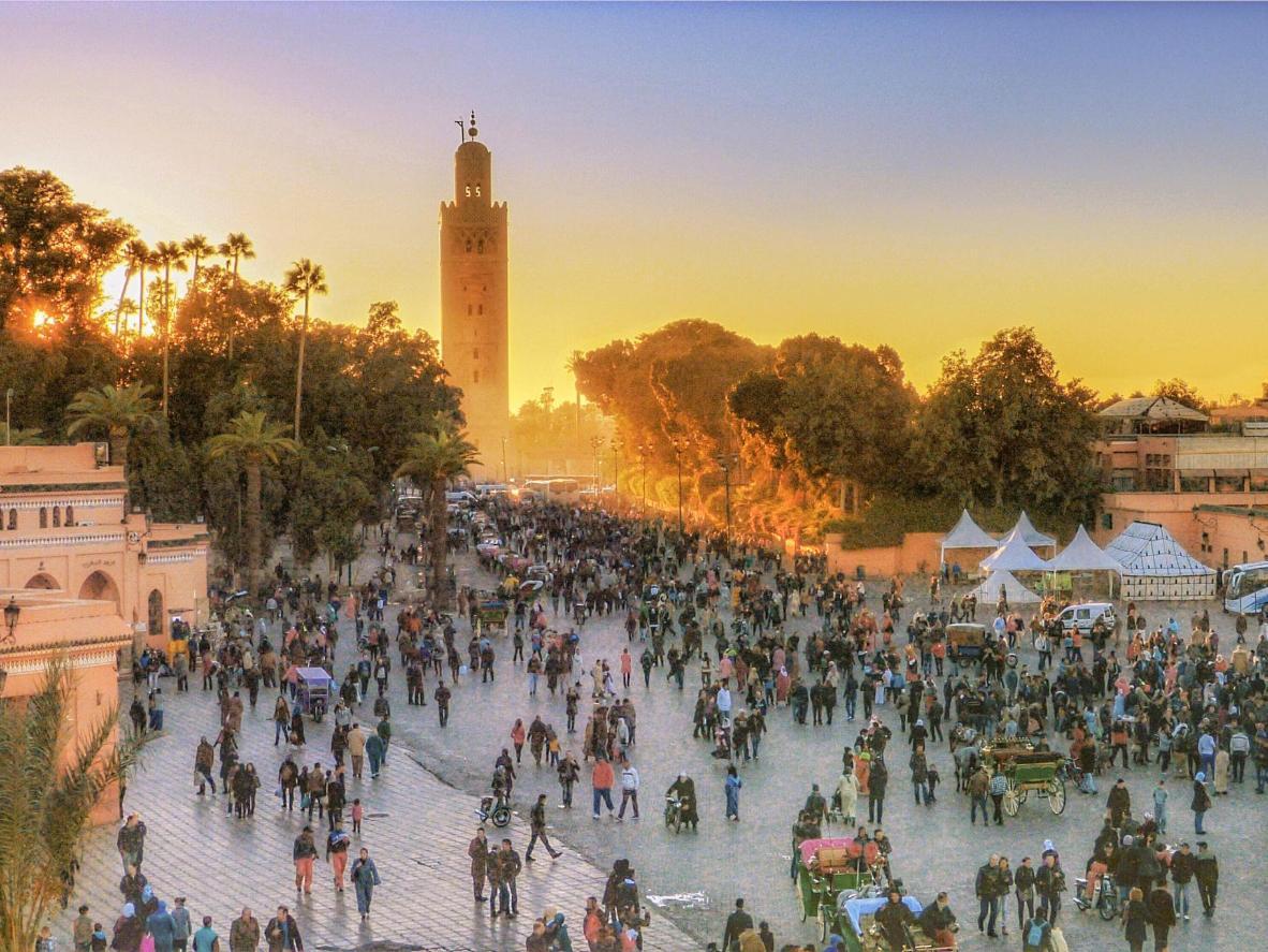 Słońce zachodzi nad rynkiem głównym w Marrakeszu