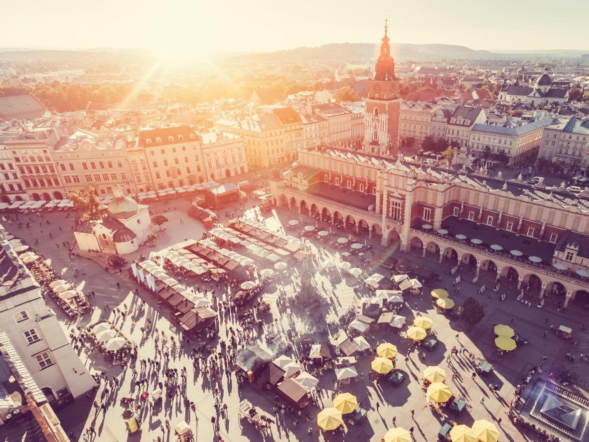 Widok z lotu ptaka na krakowskie Sukiennice na Rynku Głównym