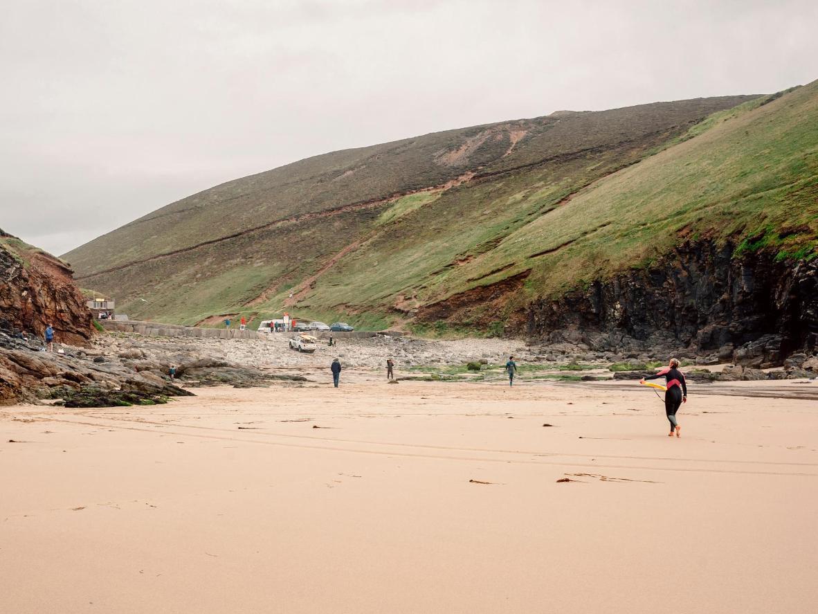 Puede que tengas que ponerte un traje de neopreno, pero el surf de Cornwall vale la pena.