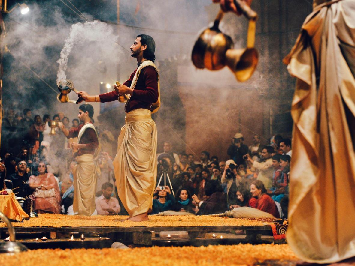 En Varanasi podrás ir a una clase de yoga y darte un chapuzón en el Ganges.