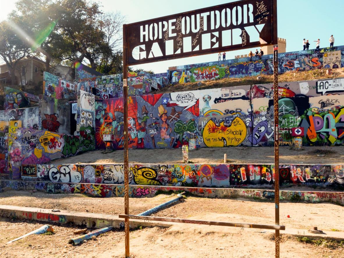 Des artistes de rue proposent des spectacles en plein centre d'Austin