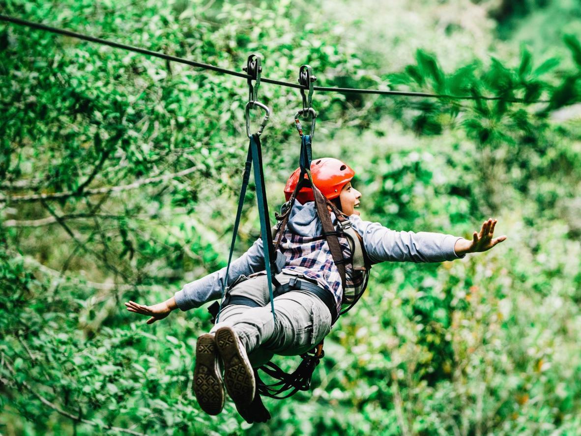 Foncez la tête la première dans la forêt portoricaine grâce à la tyrolienne The Monster