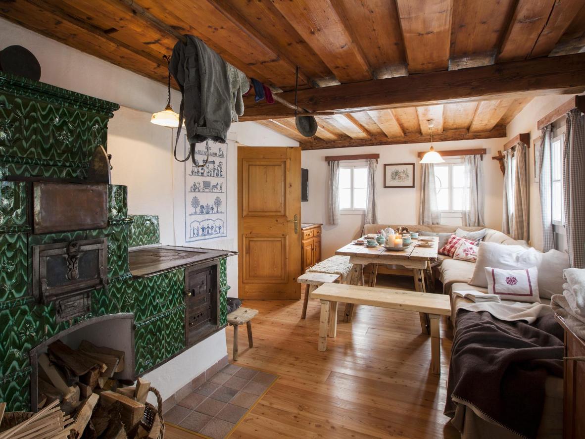 L'intérieur cosy du Schwadenguetl, un chalet autrichien