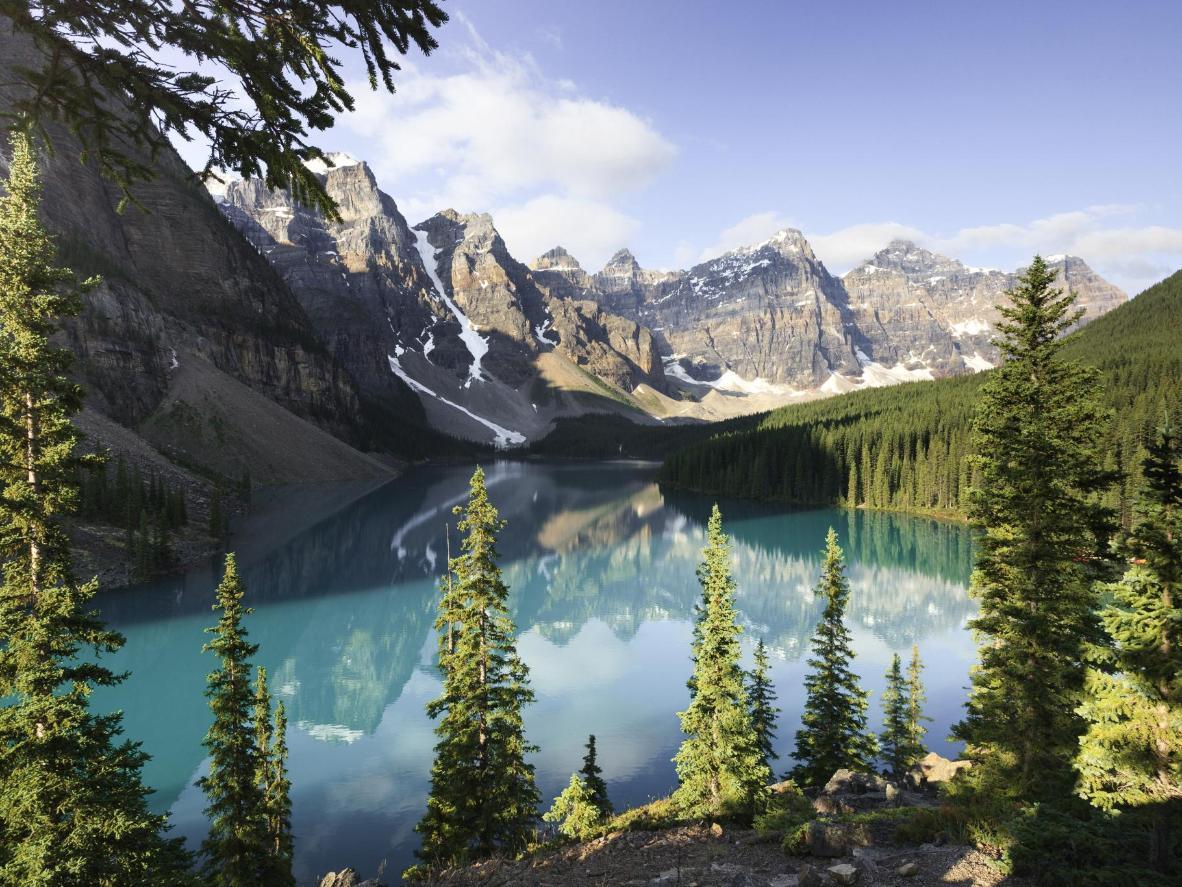 La luz matutina se refleja en las aguas del lago Moraine, en el valle de los Diez Picos