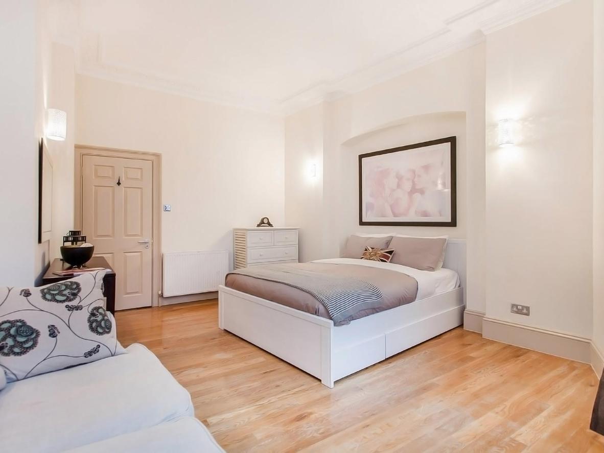 Los juegos de cama y los cojines en tonos marrón topo y duck-egg blue dan a estos apartamentos un ambiente acogedor.