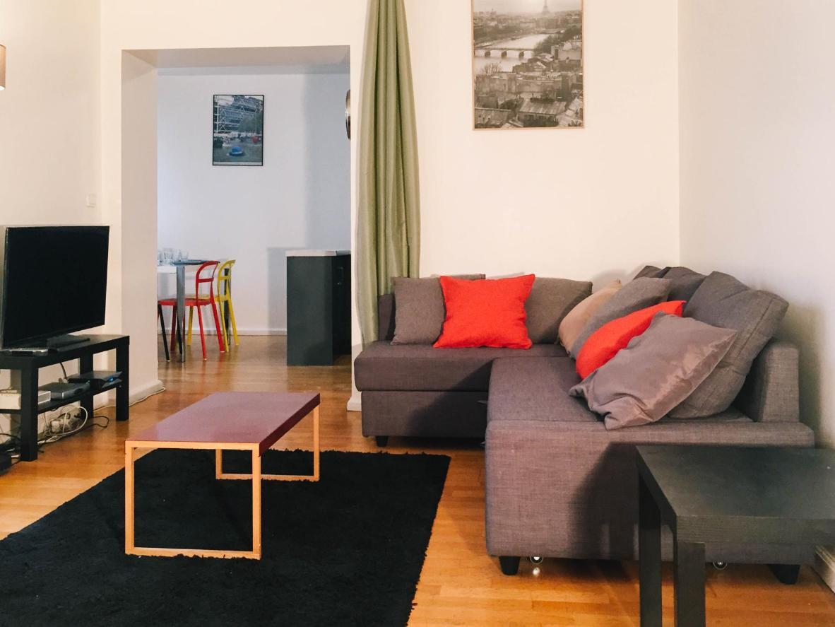 El salón es cómodo y acogedor en el piso de Le Lavandier.