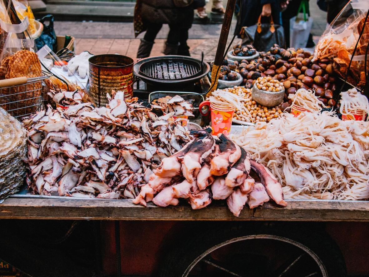 Un festín de tentáculos de pulpo seco, calamares y anillas en Seúl