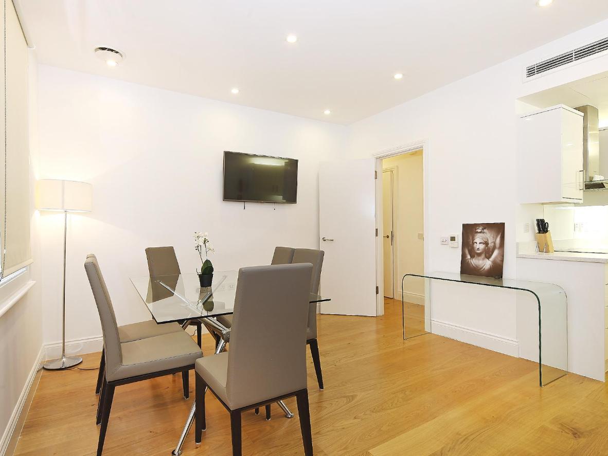 Los apartamentos están decorados de forma sencilla, con paredes blancas y muebles modernos.