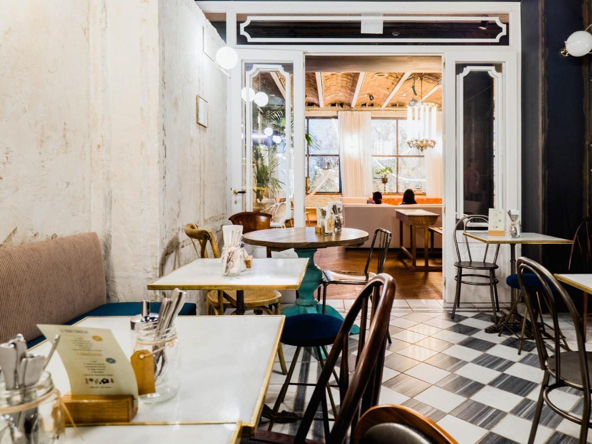Cene en el atractivo restaurante estilo brasserie de Casa Gràcia.