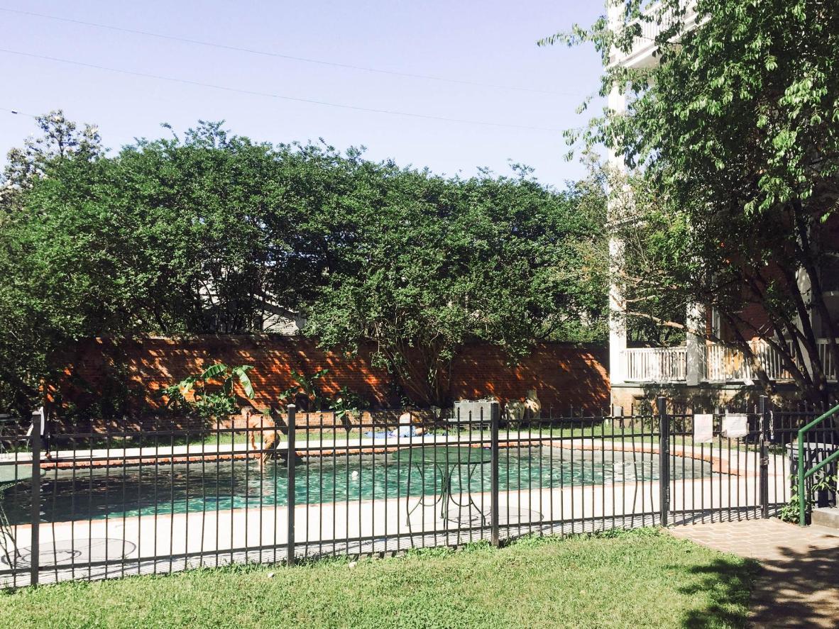 Refrésquese después de hacer turismo en la piscina al aire libre y en el jardín del patio de este hostal.