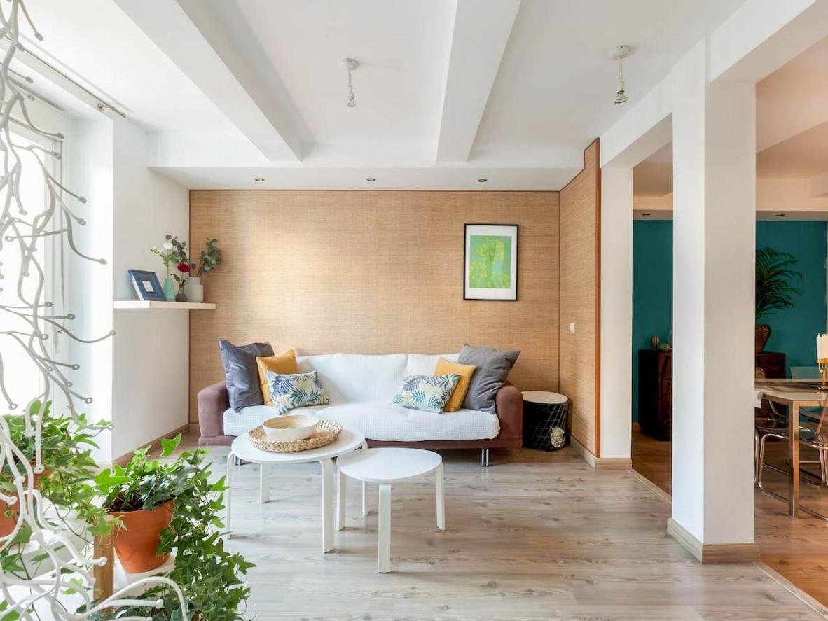 El diseño minimalista de este apartamento ayuda a darle al espacio un ambiente abierto y aireado.