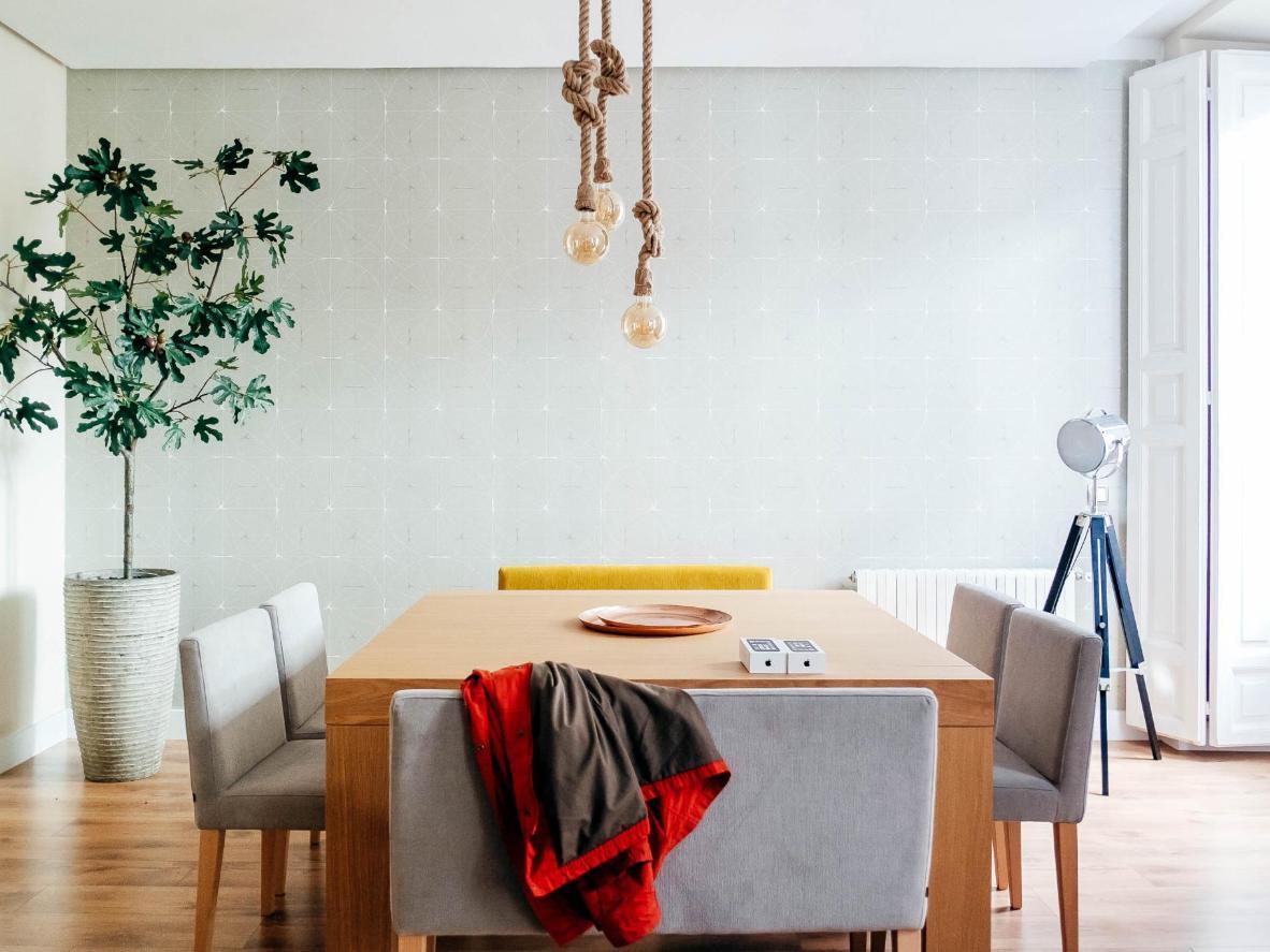 Los espaciosos salones y comedores hacen de esta una estancia ideal para grupos grandes y familias.