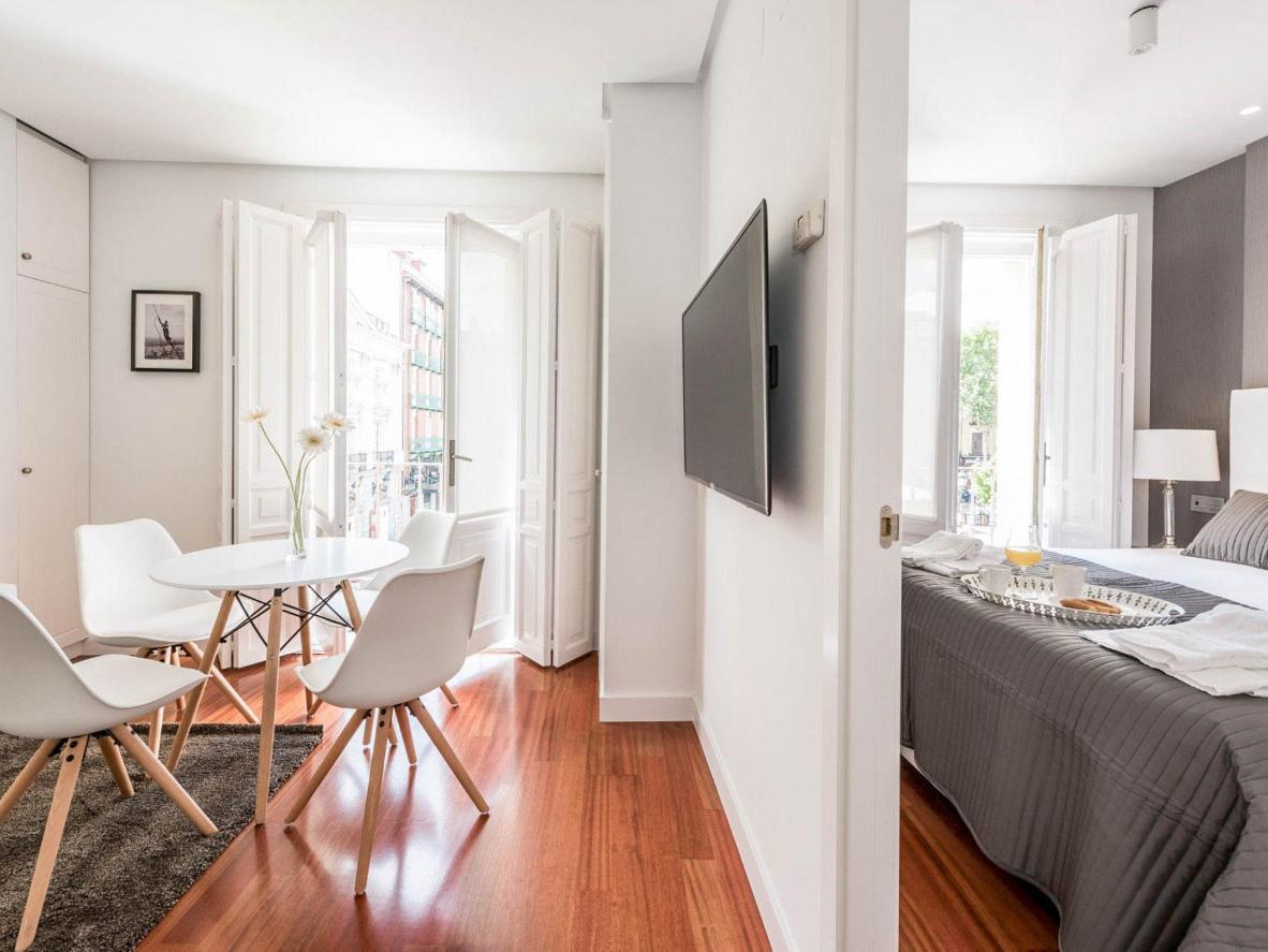 Hay espacio para extenderse en este moderno apartamento de una habitación.