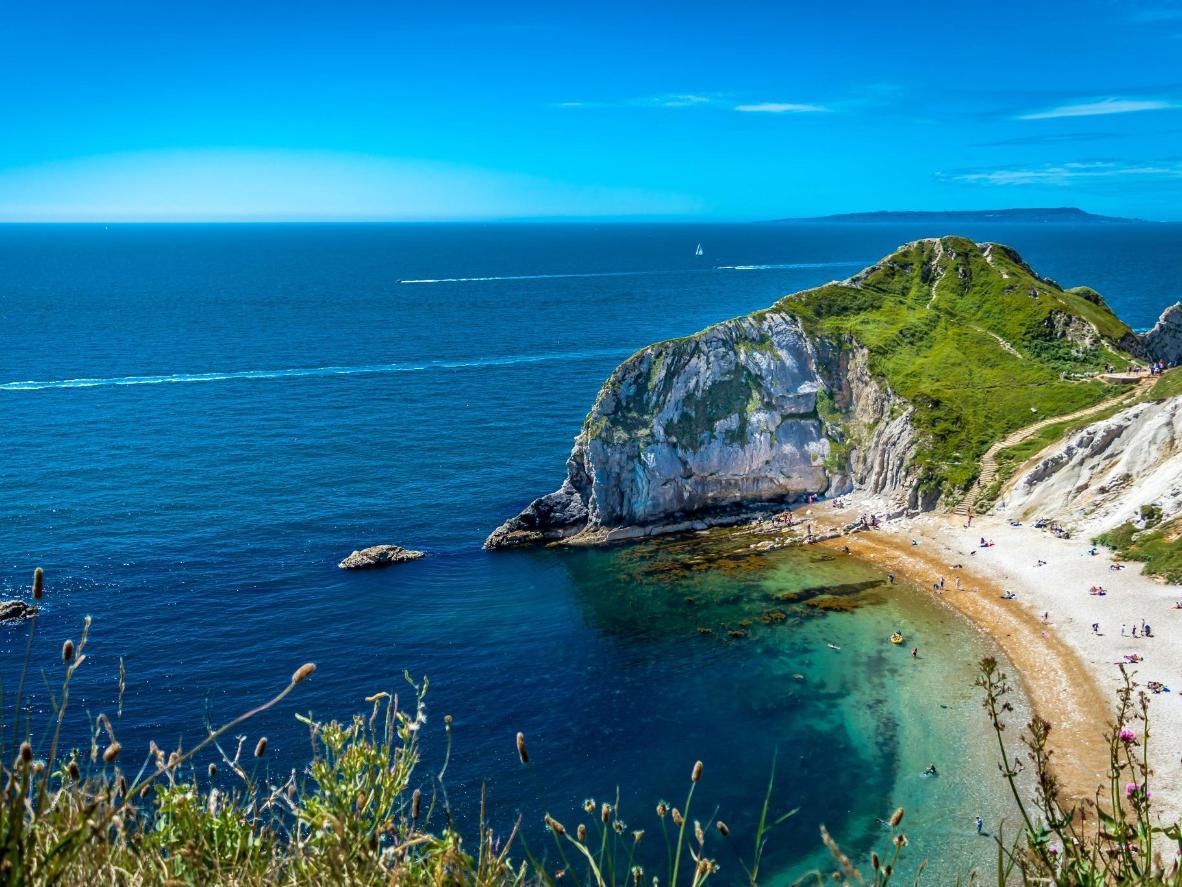 Les eaux turquoise caressent cette plage magnifique du comté de Dorset