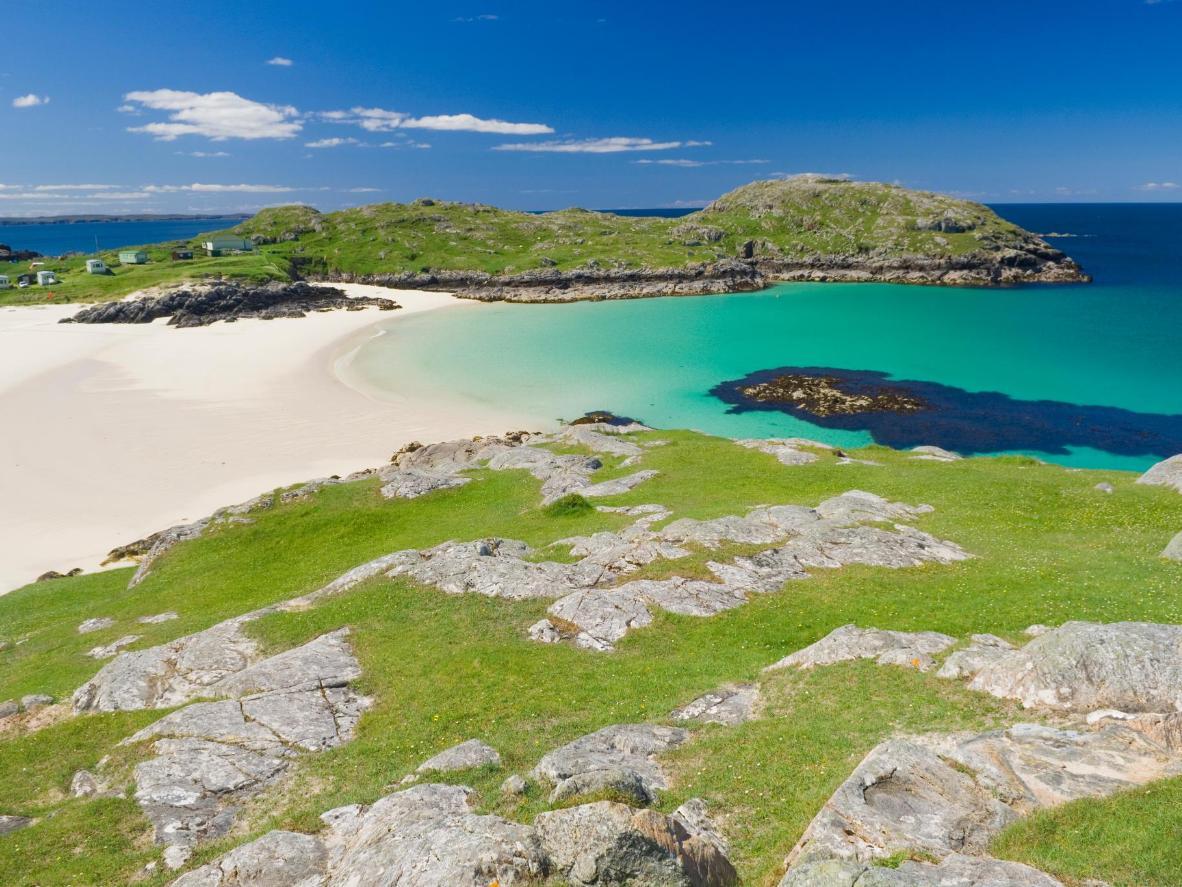 Sable blanc éclatant, eaux bleues et marsouins curieux des Highlands d'Écosse