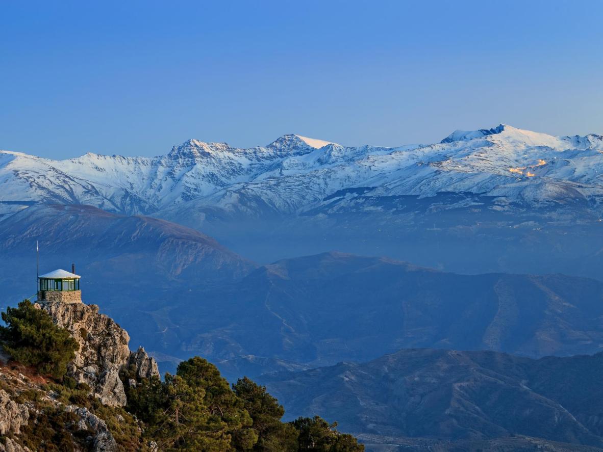 Las montañas nevadas de Sierra Nevada en realidad se elevan más alto que los Pirineos
