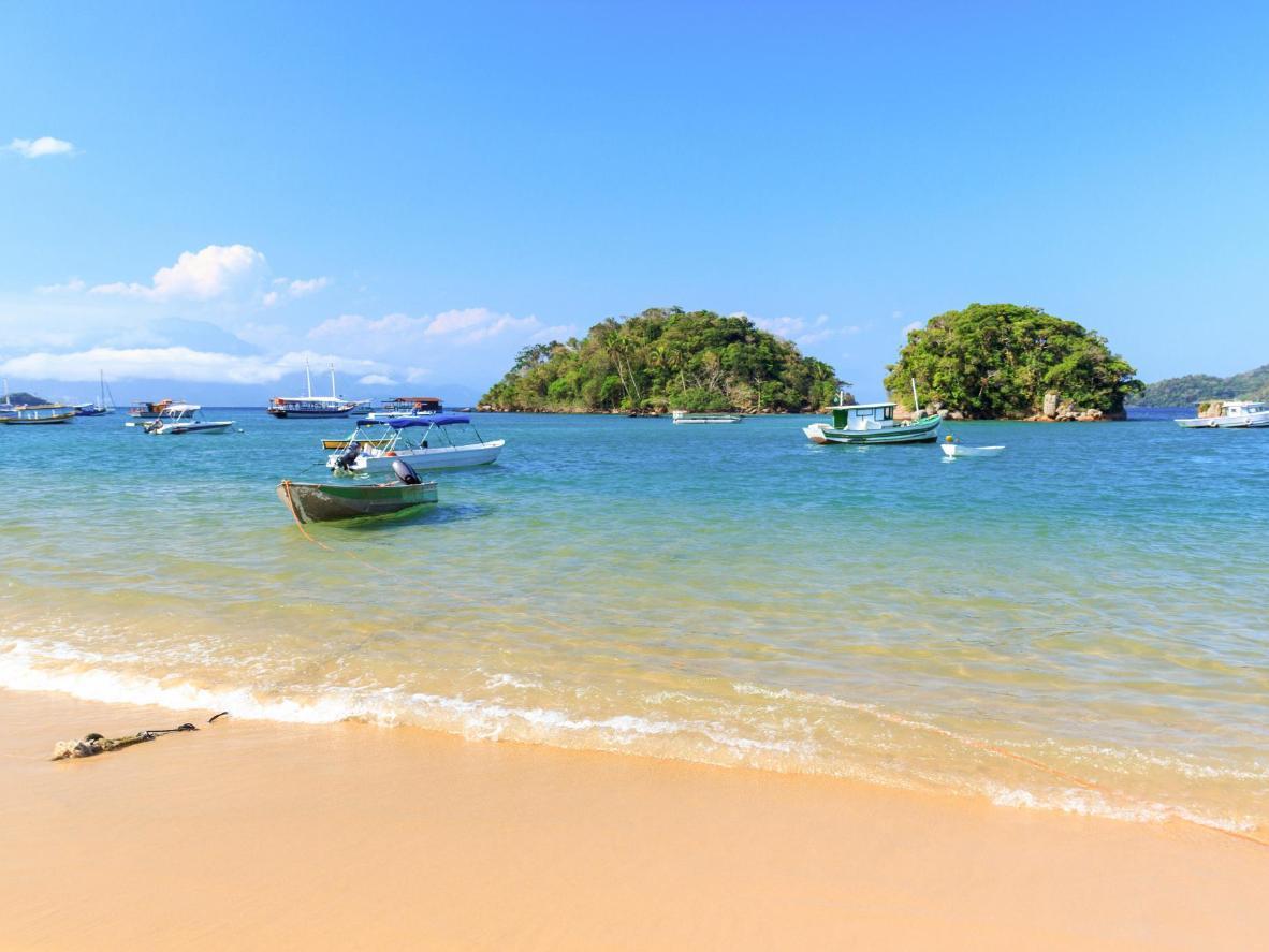 Unberührte weiße Sandstrände und Korallenriffe grenzen an die Insel Ilha Grande
