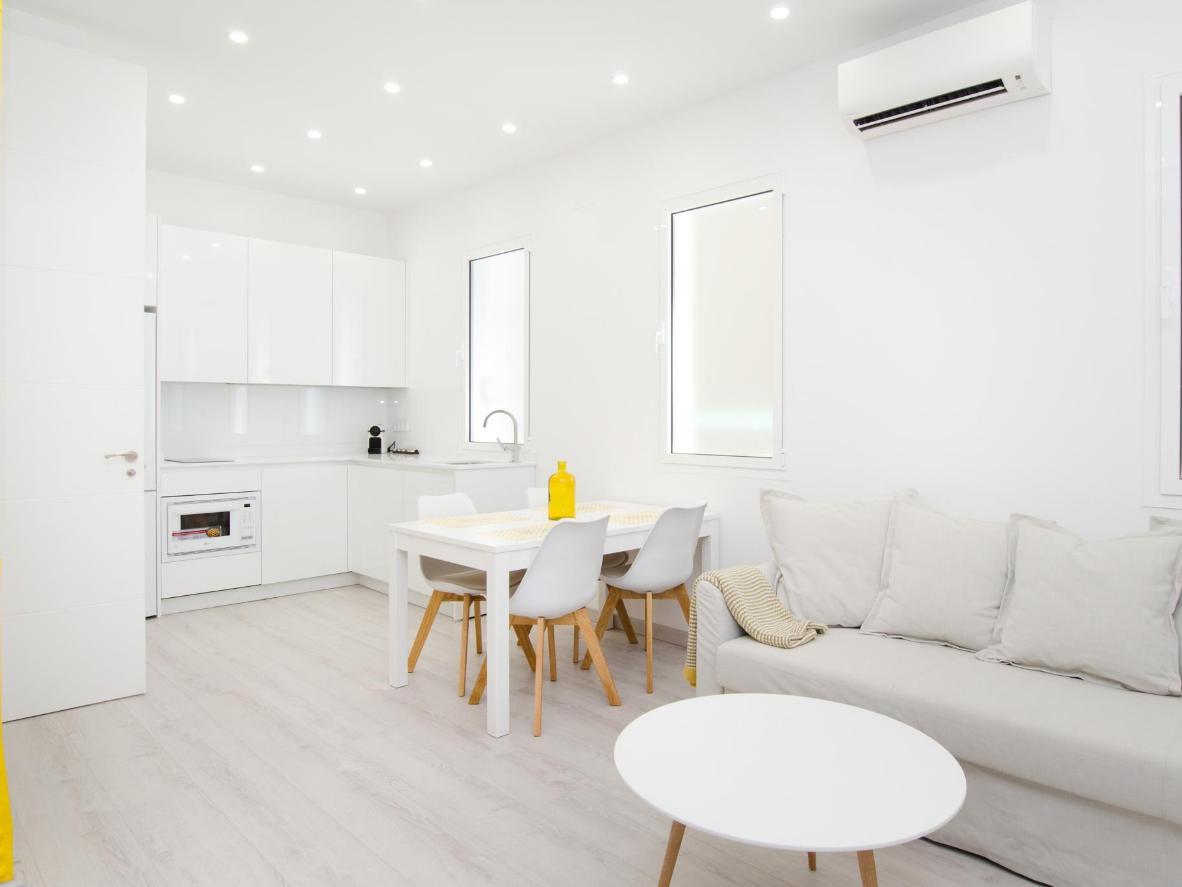 Las paredes blancas y los muebles de colores claros hacen que el espacio se sienta grande y brillante.