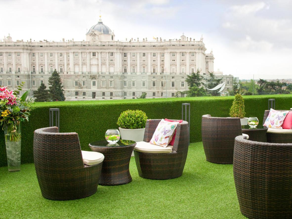 Contempla sensacionales vistas del Palacio Real desde la terraza de la azotea del edificio