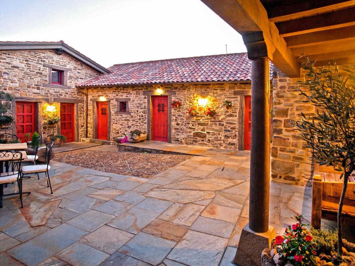 Hay un ambiente romántico en el patio interior de Via Avis.