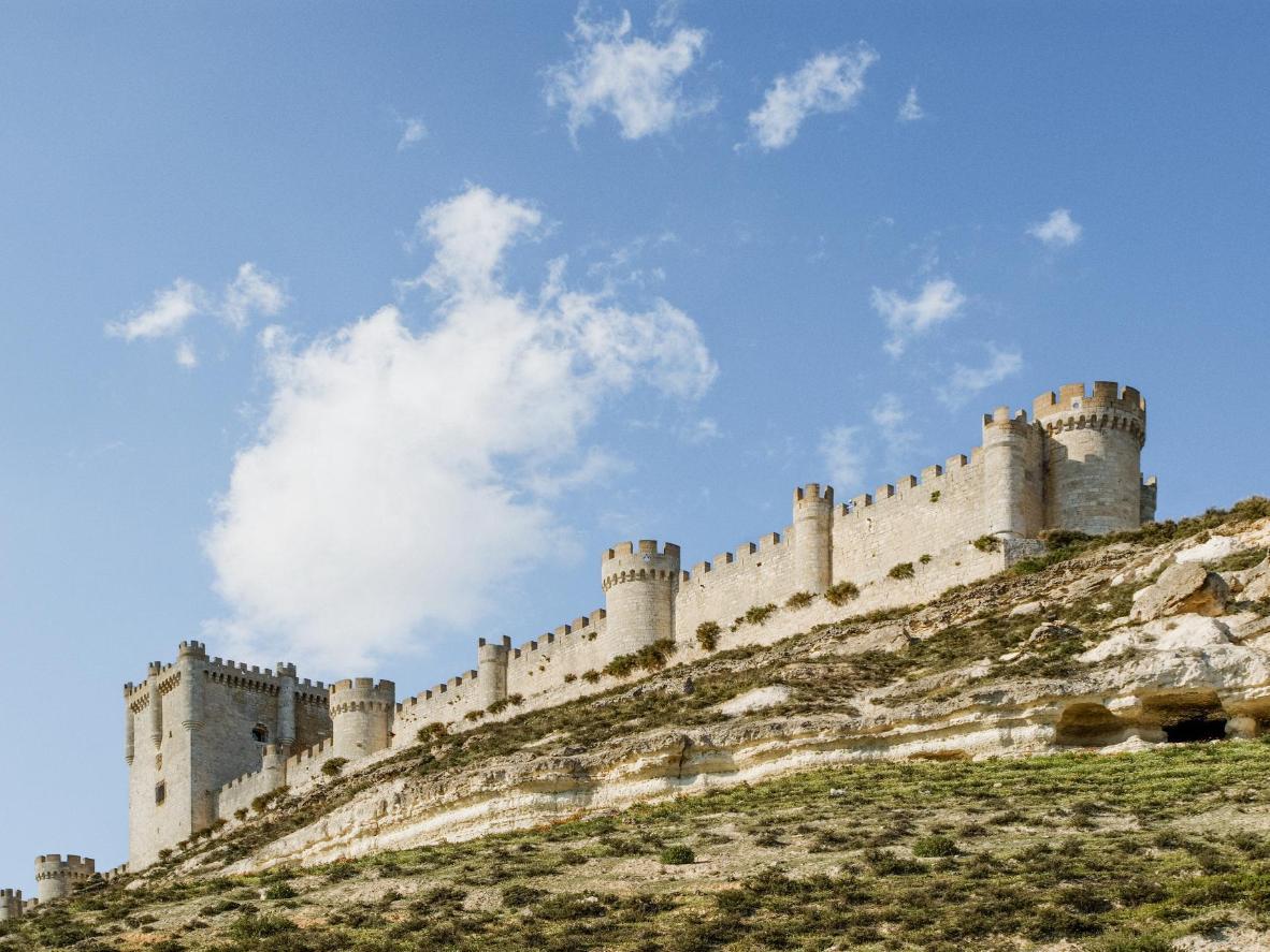 El castillo de Peñafiel, muy característico por su forma alargada y estrecha