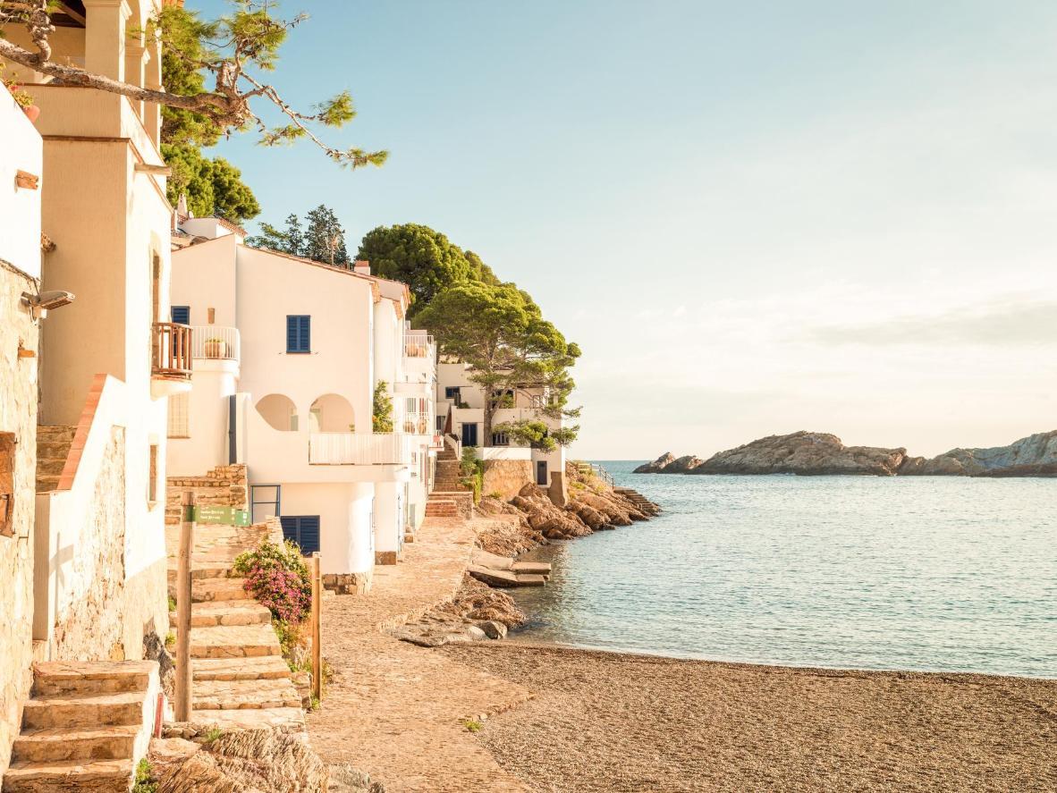 Pasea por calles empedradas y pasa por casas moriscas hasta llegar al mar