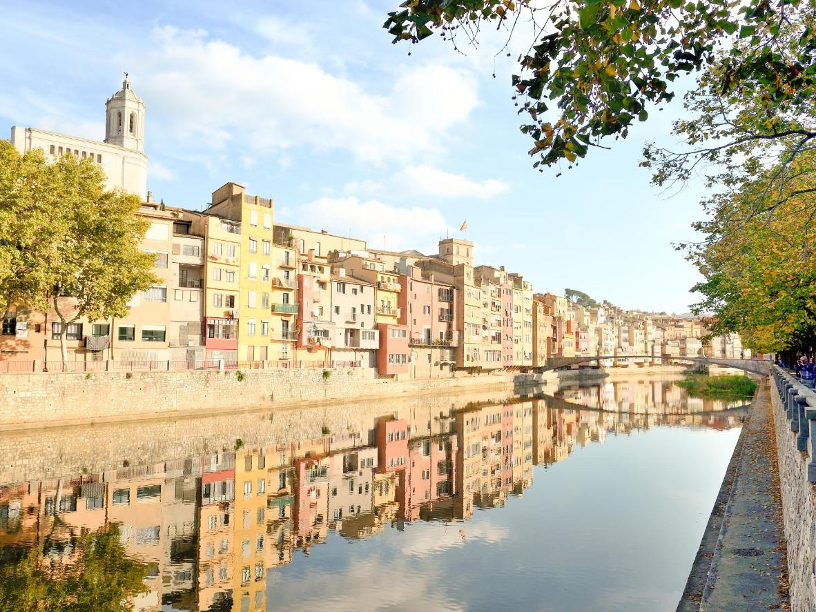 Desde la orilla del río, hay unas vistas preciosas a las casitas de colores de Girona