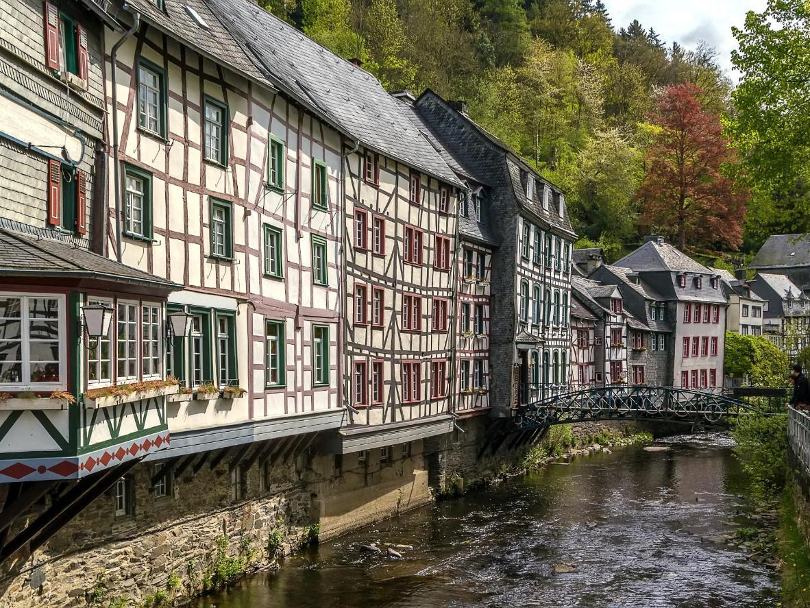 Verpassen Sie nicht diesen Blick vom Fluss auf die Fachwerkhäuser von Monschau