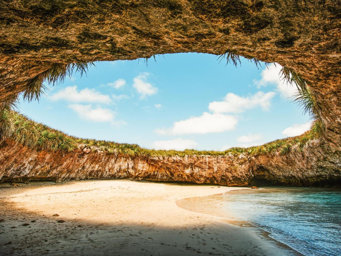 L'imponente soffitto a cupola di Playa del Amor nelle Isole Marietas