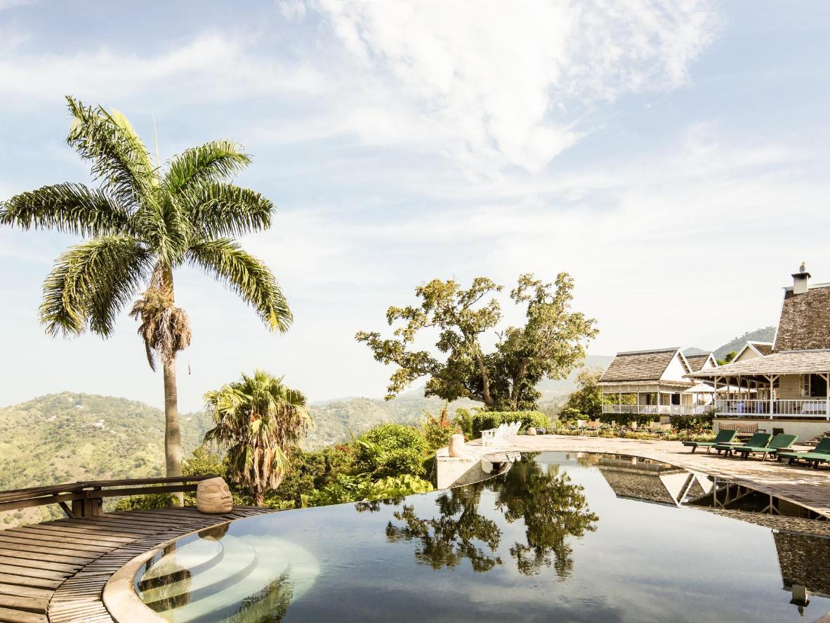 Genießen Sie den Blick auf Kingston von dem tropfenförmigen Pool in den Bergen