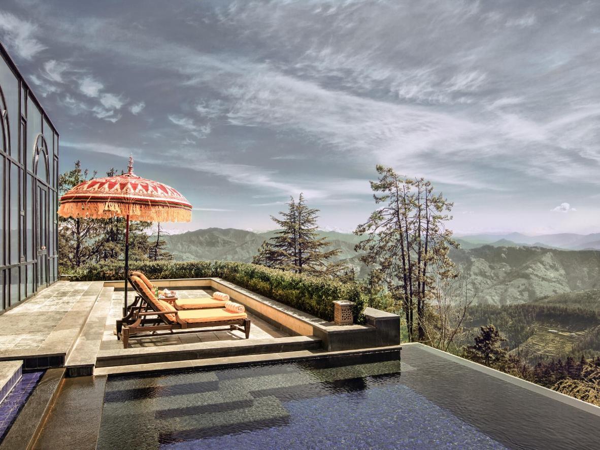 Großartiger Ausblick auf den Himalaya vom Infinity-Pool der Wildflower Hall