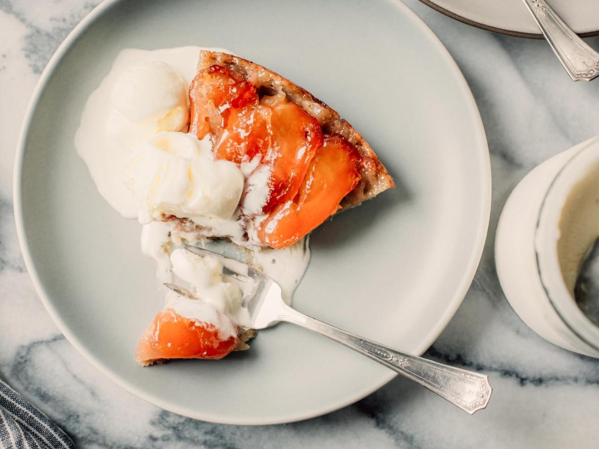 Sírvete un buen pedazo de tarta tatin con un poco de nata por encima