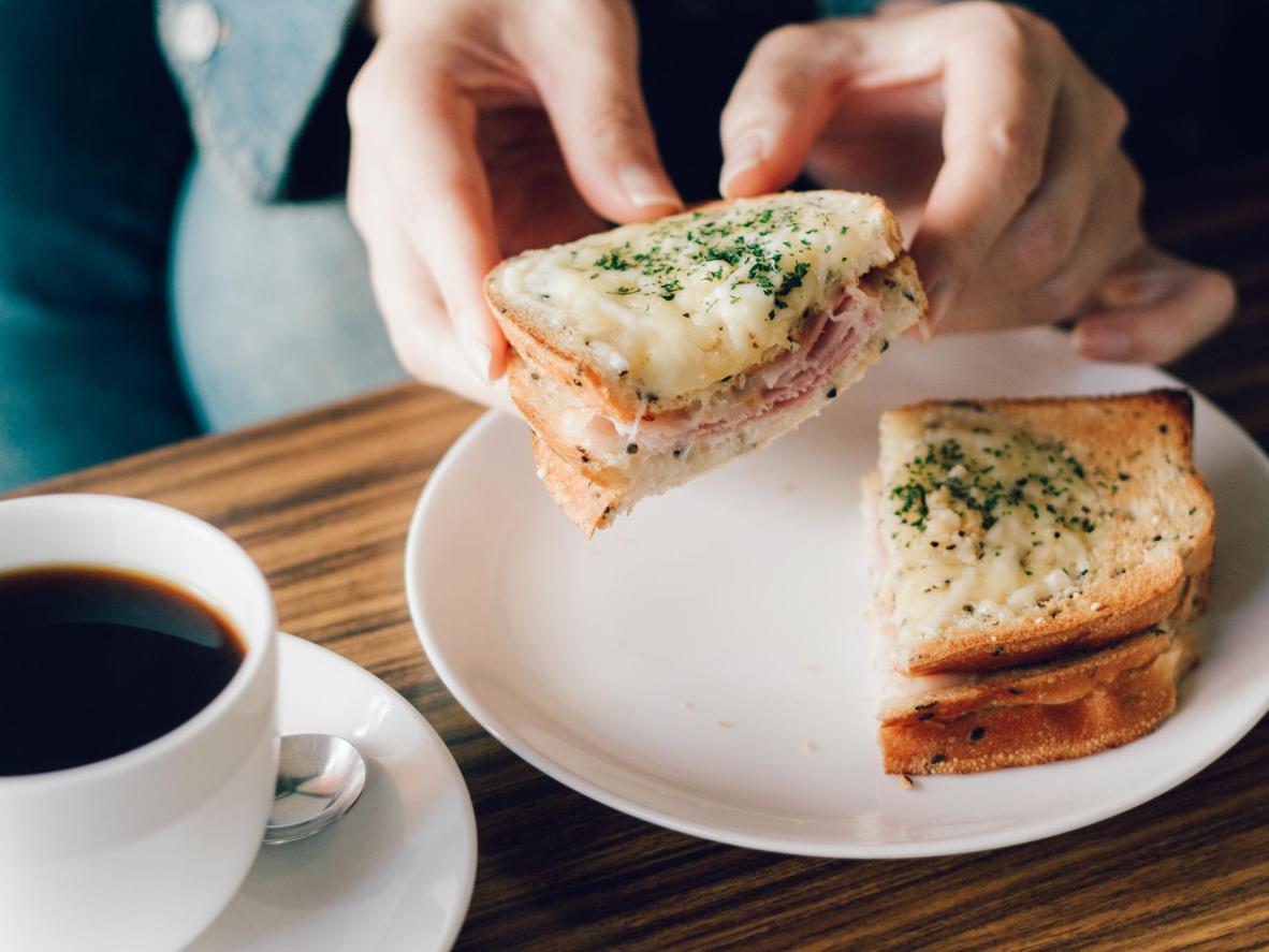El sándwich de queso fundido con más estilo de Francia se llama croque-monsieur