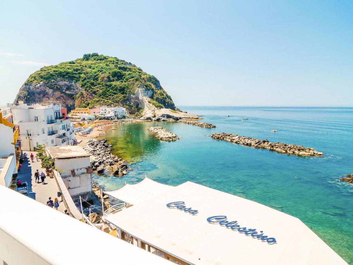 Das weiß strahlende Fischerdorf Sant'Angelo ist ein absolutes Muss