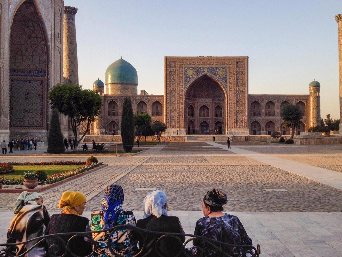Observa monumentos vastos y seductores, cubiertos de mosaicos, en la ciudad de Samarcanda.
