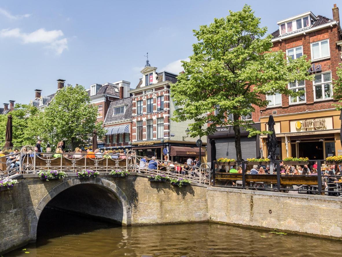 Canales, casas a dos aguas y mucha cultura te esperan en Leeuwarden.