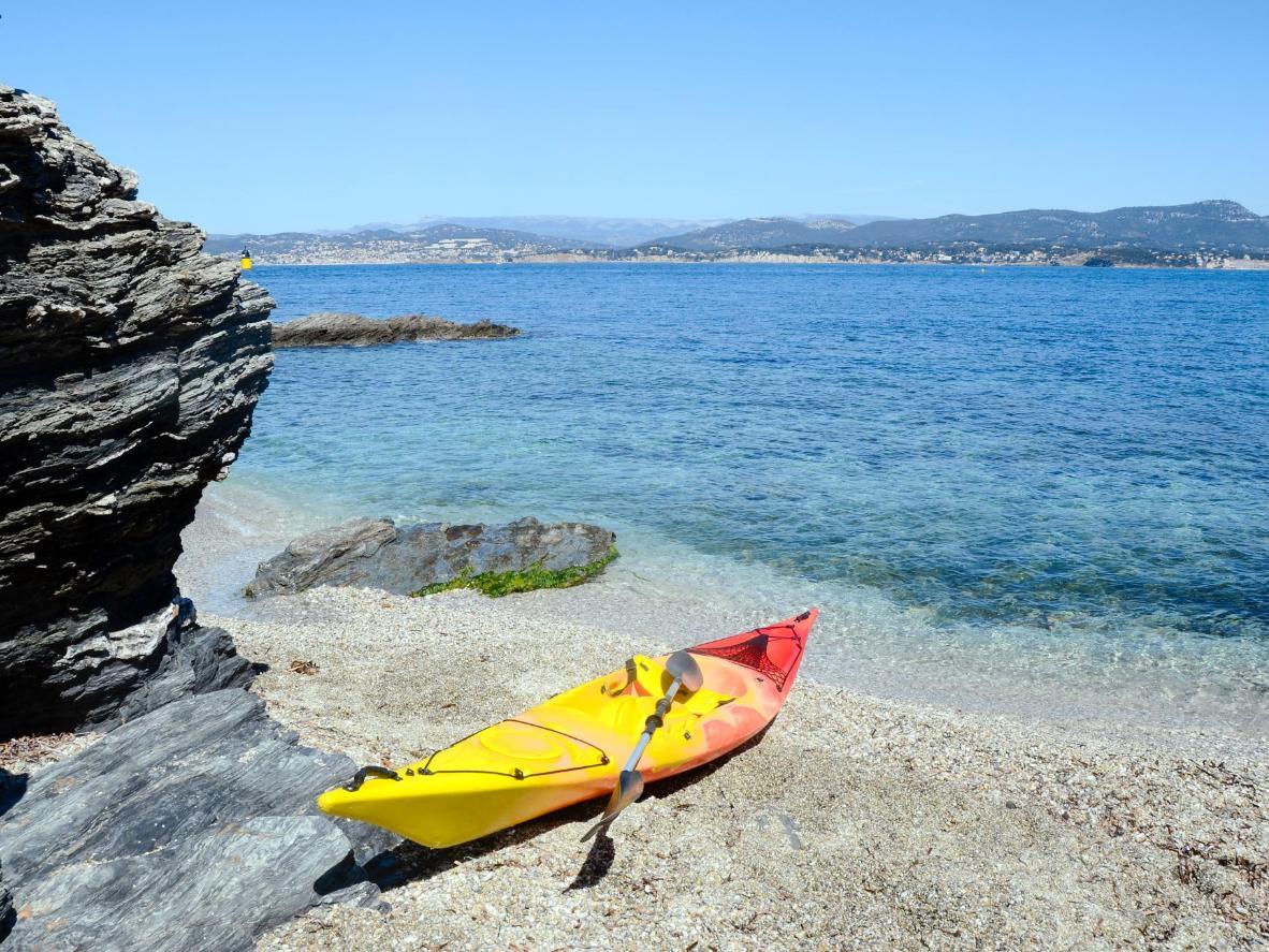 Alquile un kayak o un pedalo, o haga snorkel en las aguas maravillosamente claras de Île des Embiez