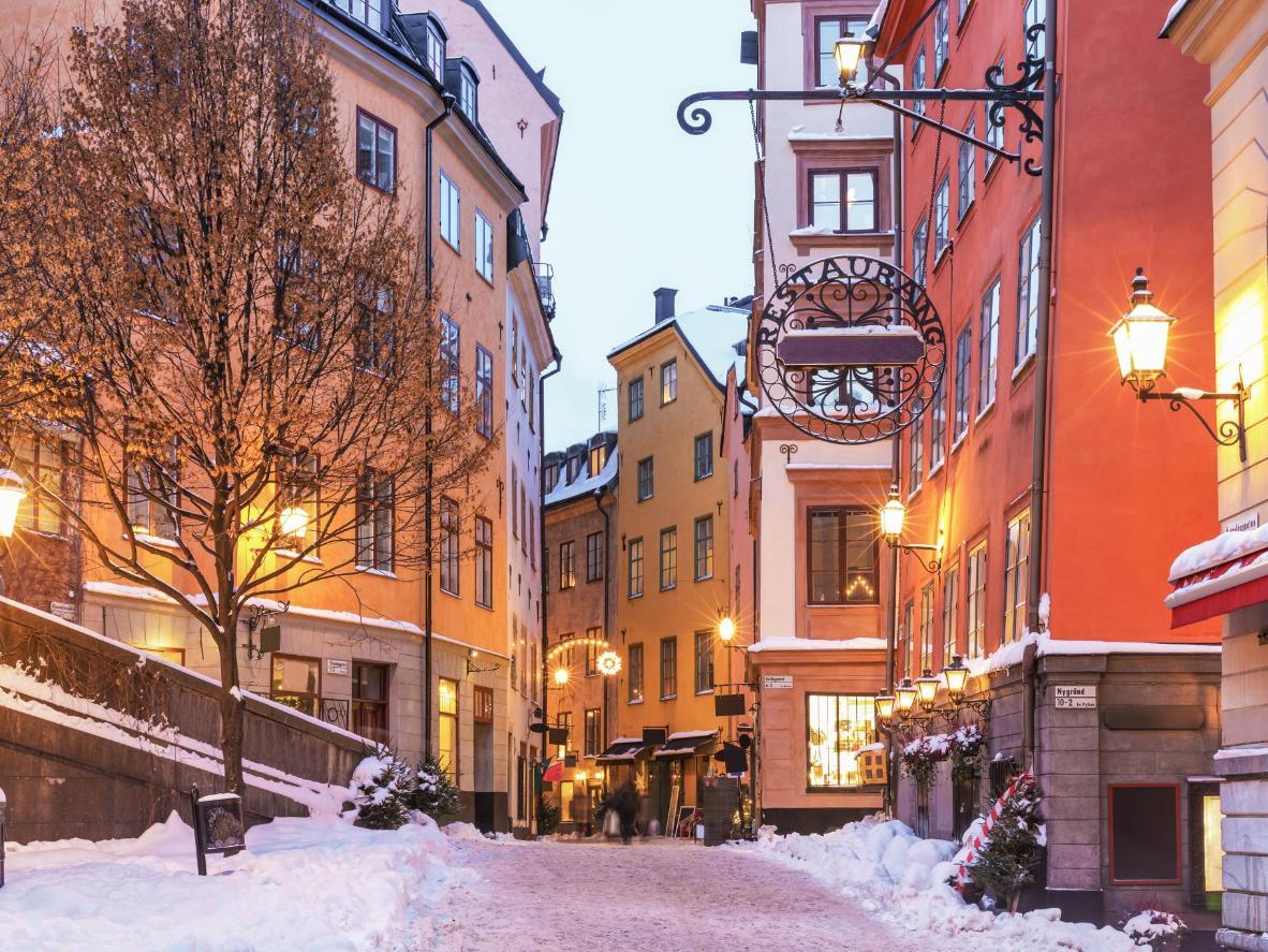 Neve fresca tra le viuzze del centro storico, Gamla Stan