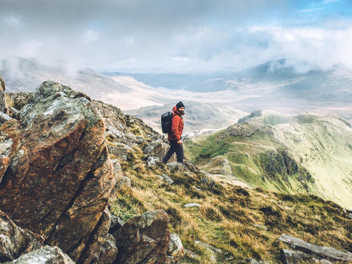 Folgen Sie dem Llanberis Pfad bis zum Gipfel des Snowdon, und erleben Sie die eisigen Bergkessel und messerscharfen Gebirgskämme hautnah