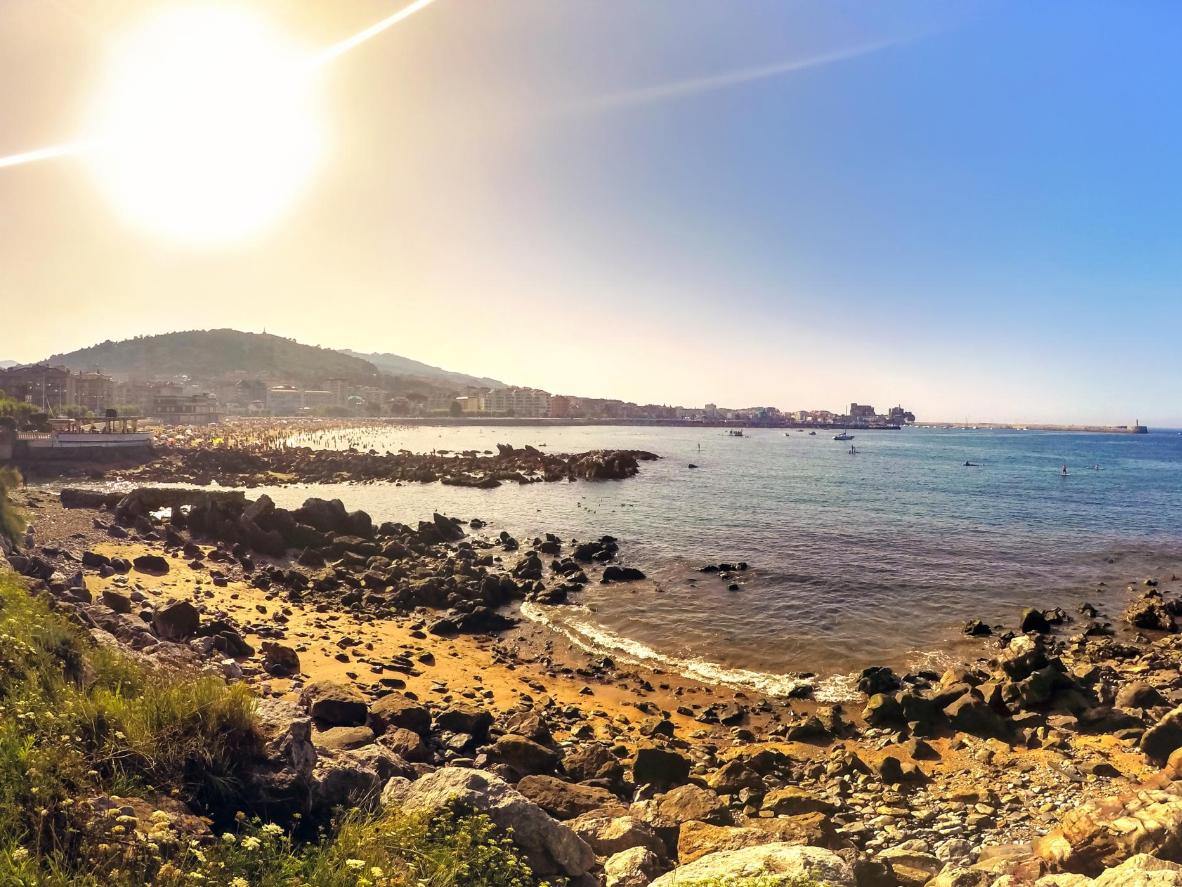 En esta playa de guijarros y rocas, tu perro podrá vivir una auténtica aventura