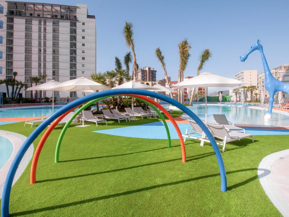 The kids can spend the day splashing their way through Suitopía's waterslides and outdoor pools