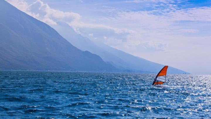 Encuentra el mejor lugar para el windsurf en Nago-Torbole