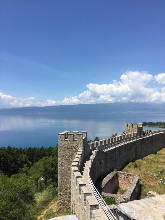 И море, и пешеходные прогулки в горах, и это Черногория!